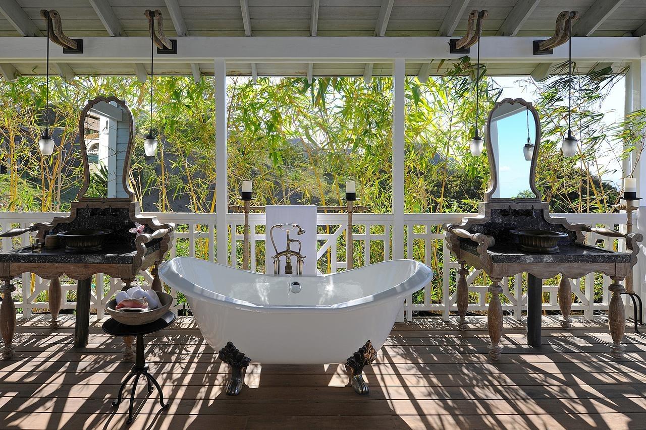 bath on balcony at belle mont farm
