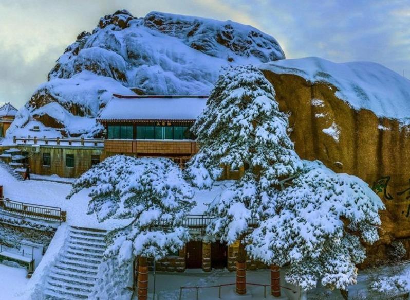 Snow surrounding Yupinglou Hotel, China
