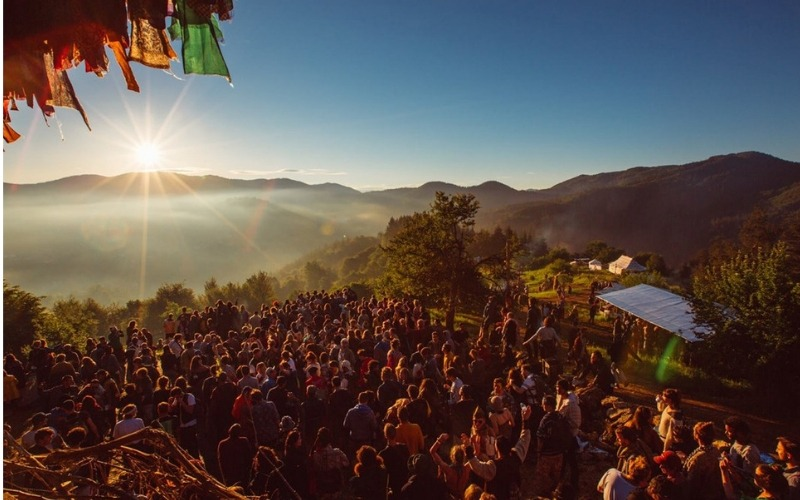 Crowds watching the sunset at the Meadows in the Mountains Music Festival