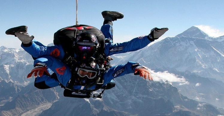 Tandem sky jumpers from Mount Everest