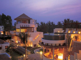 Aleenta Hua Hin hotellit up at night